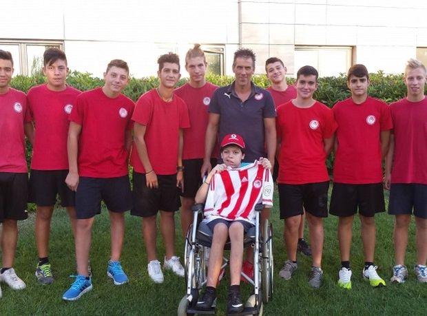 Αντιπροσωπεία της σχολής του Ολυμπιακού στη Θεσσαλονίκη επισκέφθηκε τον μικρό Κωνσταντίνο, ο οποίος υπεβλήθη πρόσφατα σε δύσκολη επέμβαση και του δώρισε μία φανέλα της αγαπημένης του ομάδας.